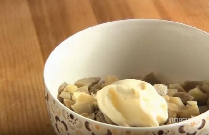 5. На третий корж выложите мелко нарезанные грибы, смешанные с майонезом.