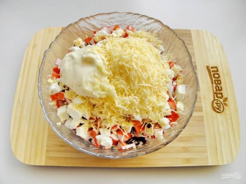 Сыр натрите на терке, можно использовать мелку или крупную, как нравится. Добавьте чеснок, пропущенный через пресс. Заправьте салат майонезом или соусом майонезным.