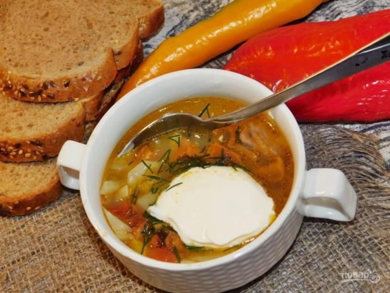Подавайте суп горячим, добавив ложку сметаны. Приятного аппетита!