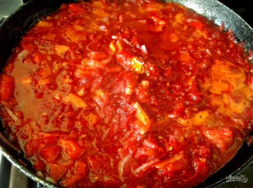 3. В конце добавляем нарезанный мелко болгарский перец и добавляем немного воды. Тушим около 5 минут на слабом огне.