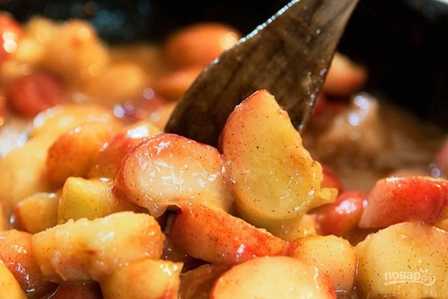 Вымытые персики нарежьте тонкими дольками, старясь сохранять кожицу. Поместите их в сотейник с мукой, сахаром и корицей, варите минут 30. Затем добавьте ваниль и экстракт миндаля, снимите с огня.