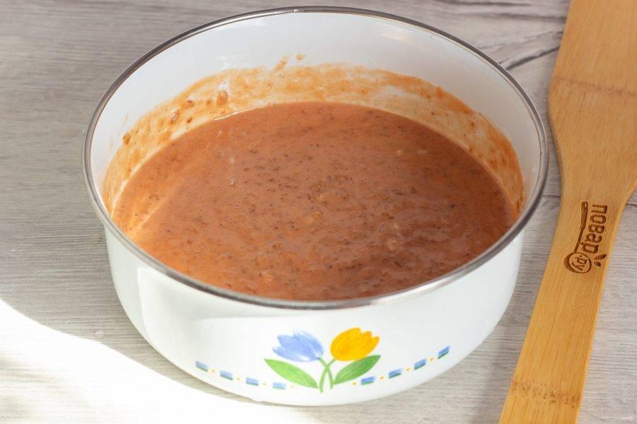 Перемешайте измельченные хлопья с мукой, добавьте томатный сок, яйцо. По желанию, немного посолите и добавьте специи. Всё хорошо перемешайте - тесто для галеты готово.