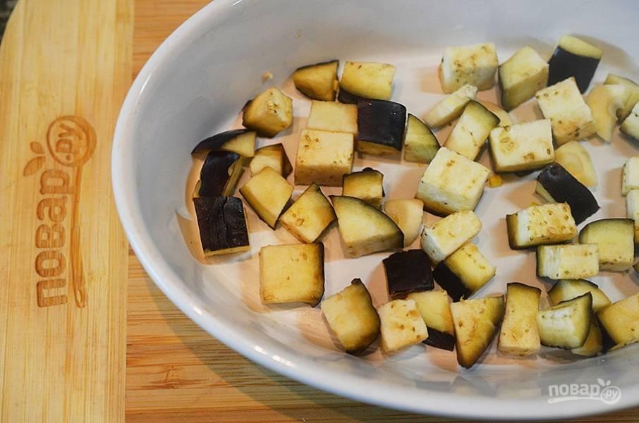 4. В жаропрочную форму выложите первым слоем баклажаны с чесноком.
