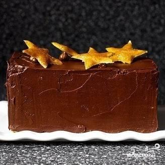 Готовый торт ставим в холодильник хотя бы на полчасика, а лучше - на пару часов.