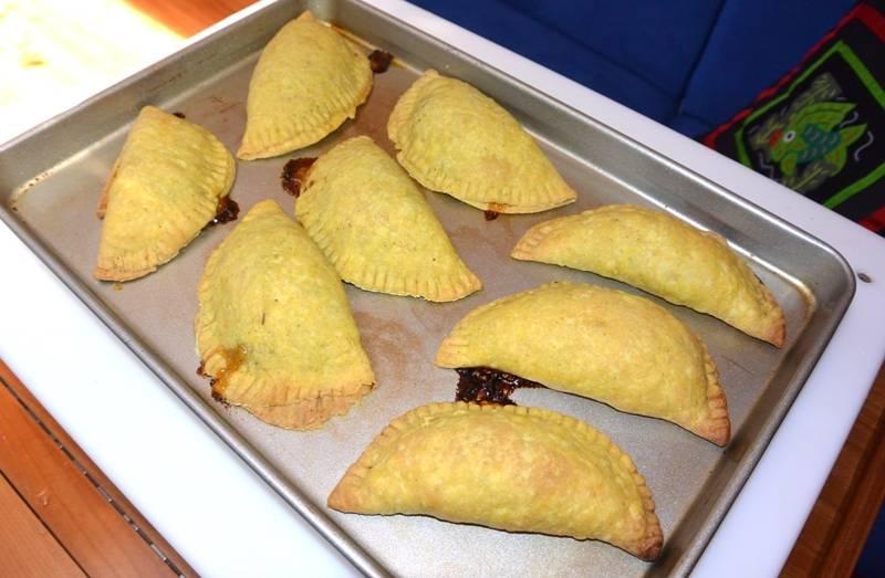 Через 30-35 минут, как только тесто покроется золотистой корочкой, пирожки можно извлекать из духовки.