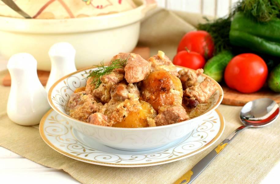 Мясное жаркое в соусе из сливок и белого вина