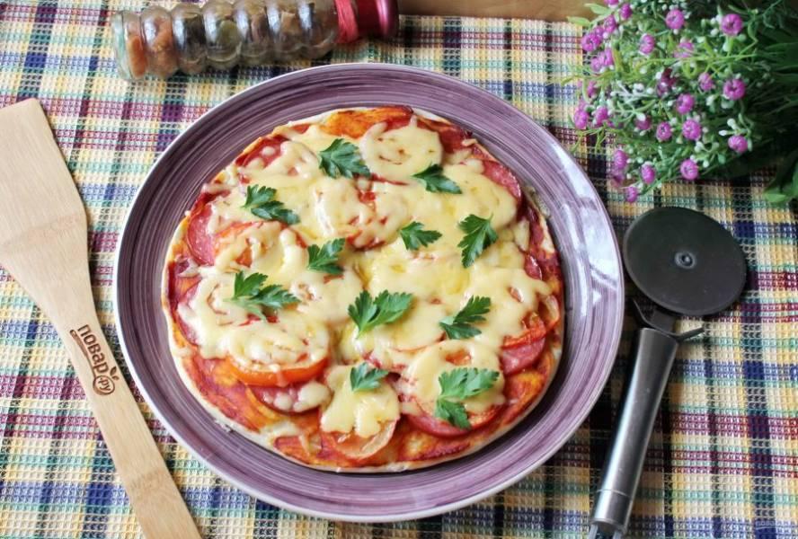 Подавайте пиццу к столу в горячем виде.