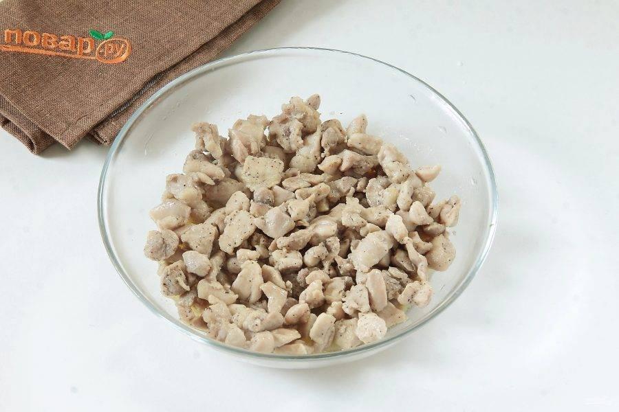 Куриное филе обжарьте на сливочном масле. Долго обжаривать не нужно, достаточно лишь, чтобы мясо побелело. Добавьте соль и перец по вкусу.
