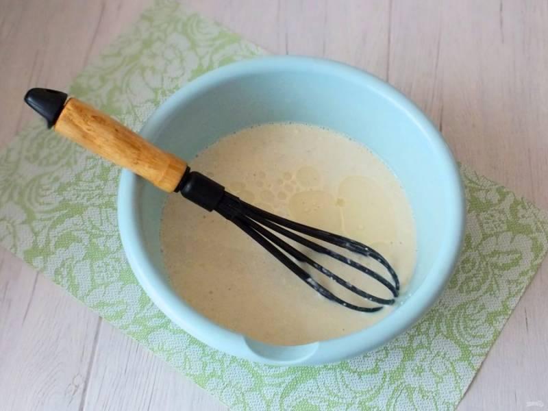 Влейте 2 ст.л. растительного масла. Перемешайте, чтобы масло не отслаивалось от основной массы.