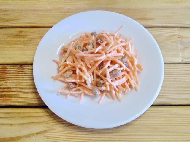 7. Кладем салат на тарелочку.