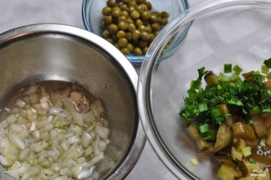 Пока картошка варится, порежьте на мелкие кубики огурчики и лук. Кстати, если лук используете белый (а он, как правило, очень резкий), замочите его в маринаде из-под огурцов.
