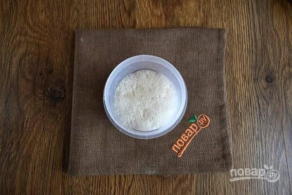 2. Разведите дрожжи в 100 мл теплой воды и оставьте на 15 минут, чтобы они подошли.