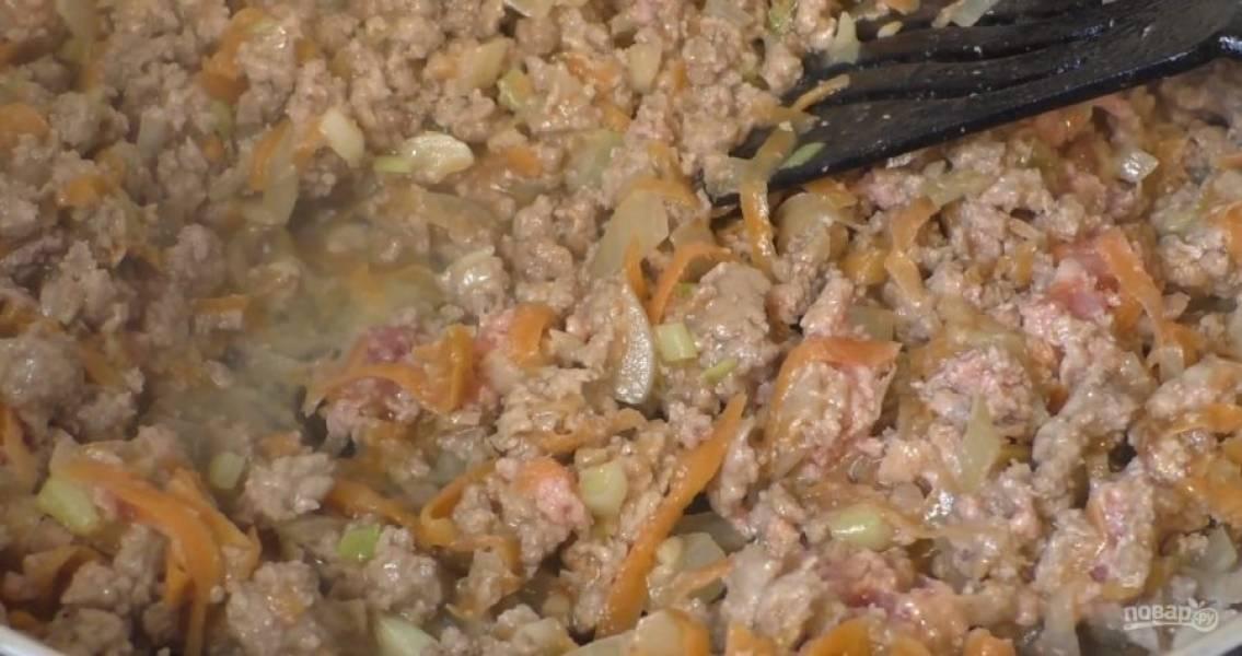 К поджаренным овощам добавьте фарш, посолите и поперчите. Тушите с закрытой крышкой приблизительно 20 минут.