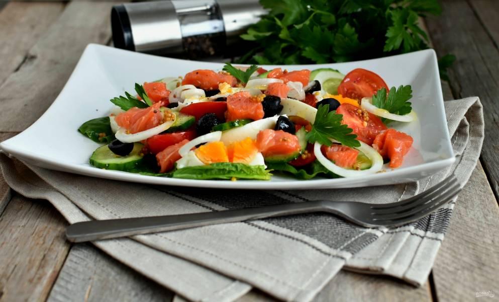 Салат с семгой, яйцом и овощами