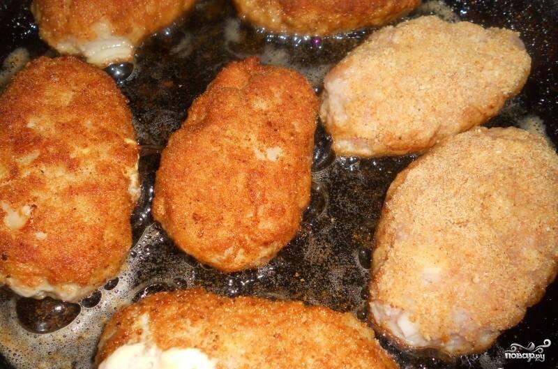 8.Вылепленные котлеты обваливаем в панировочных сухарях и обжариваем на сковороде с обеих сторон до образования румяной корочки.