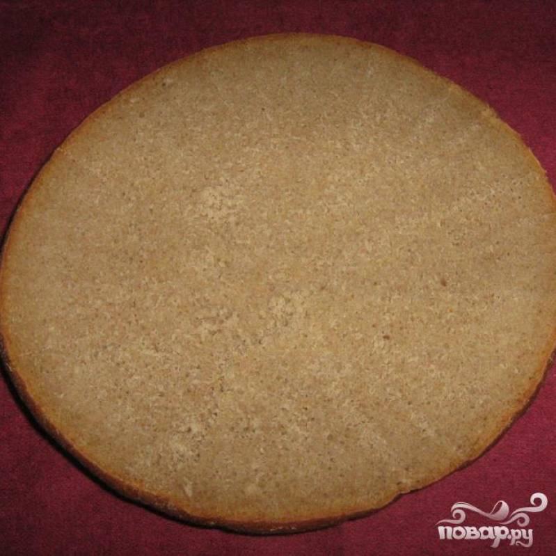 Для начала нам нужно сделать основу. Срезаем верхушку хлеба оставляя нижнюю часть в виде тарелки.