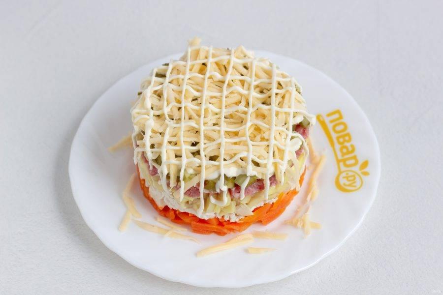 Сыр натрите на мелкой терке и украсьте салат сыром и майонезной сеточкой. Дайте ему настояться примерно 1 час. Если салат будет стоять больше часа, то сыром лучше посыпать перед подачей, чтобы не заветрился.