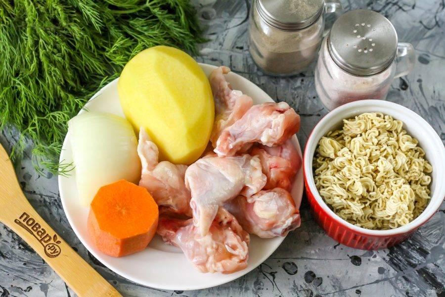Подготовьте указанные ингредиенты. Приобретите нежирные части курицы: крылья, субпродукты, шейки и прочее. Можно использовать уже готовый куриный бульон.