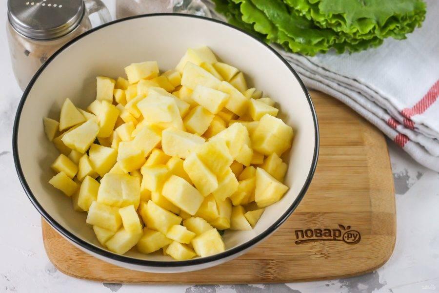 Промойте яблоко в воде, очистите от кожуры и срежьте черенок вместе с семенами. Мякоть нарежьте кубиками и добавьте в емкость. Если фрукты мелкие, то используйте два плода, если крупные — один.