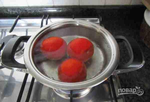 Все овощи почистите и промойте под проточной водой. Вымойте помидоры и опустите их на 1 минуту в кипящую воду.