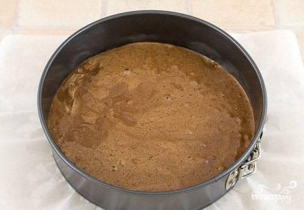 Застелите форму для выпекания пергаментом или смажьте подсолнечным маслом. Данное количество ингредиентов рассчитано на форму диаметром 22 сантиметра. Выпекайте коржик  в духовке при температуре 180 градусов. Готовность проверяйте палочкой (зубочисткой, спичкой). Проткните коржик, если палочка вышла без теста — значит он пропекся.