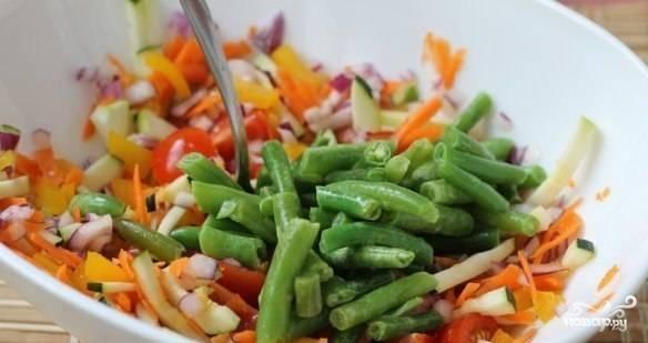 Добавляем к овощам стручковую фасоль, перемешиваем.
