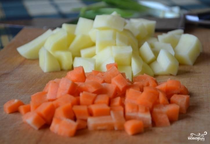 3. Когда семга поварится около 10 минут, добавьте нашинкованные мелко репчатый лук и варите рыбу вместе с луком. Картофель и морковь нарежьте мелкими кубиками и отправьте в бульон после того как рыба будет готова.