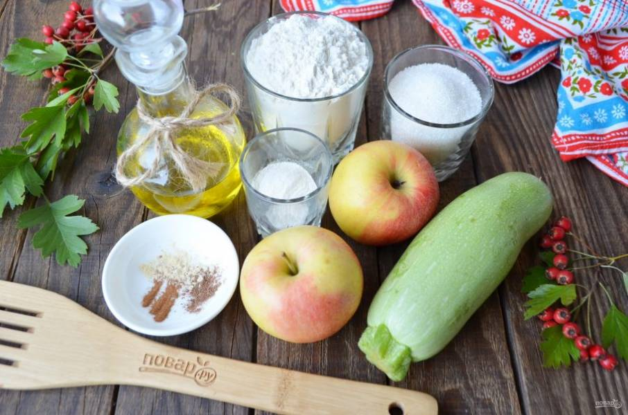 Подготовьте продукты, вымойте кабачок и яблоки. Простите, забыла яйца из холодильника достать, но они должны быть хорошо охлажденными, чтобы взбились.