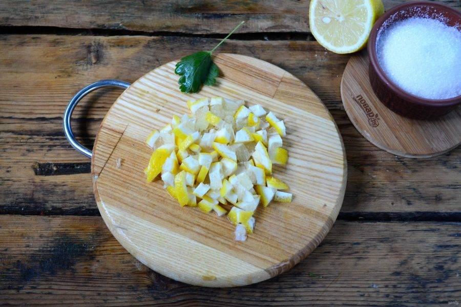 Половину лимона нарежьте мелкими кусочками или пропустите через мясорубку.