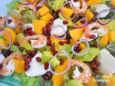 Все ингредиенты салата готовы, теперь аккуратно смешиваем все на одной тарелке и поливаем заправкой и посыпаем зернами граната.