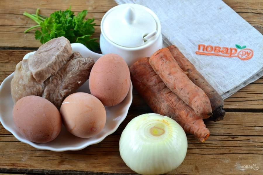 Подготовьте все необходимые ингредиенты. Свинину и морковь отварите до готовности, яйца сварите вкрутую.