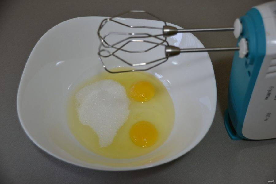 Взбейте 2 яйца с оставшимся сахаром.