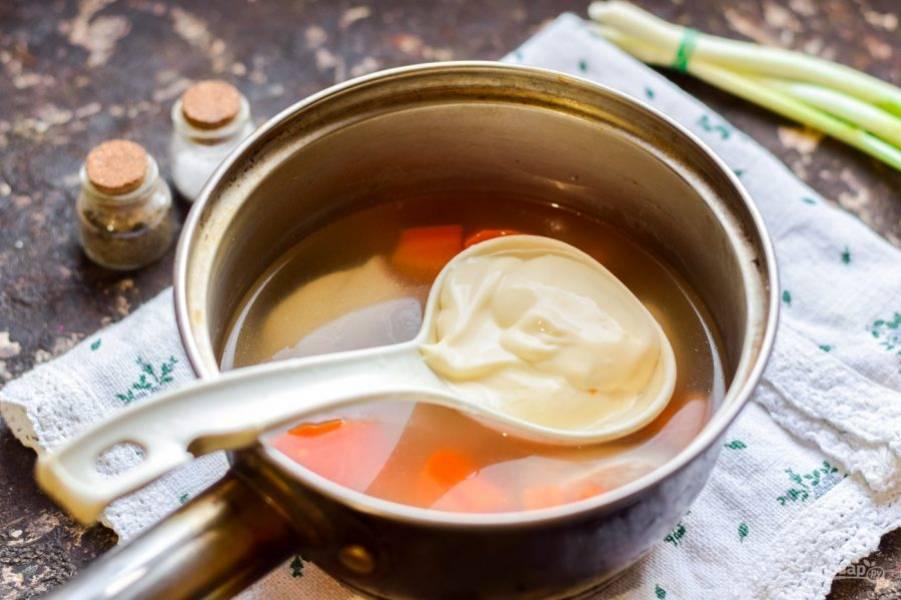 Добавьте в кастрюлю сливочный сыр, чеснок, соль и перец.