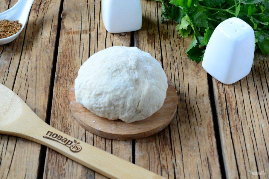 Замесите мягкое податливое тесто. Оставьте его ненадолго и займитесь начинкой.