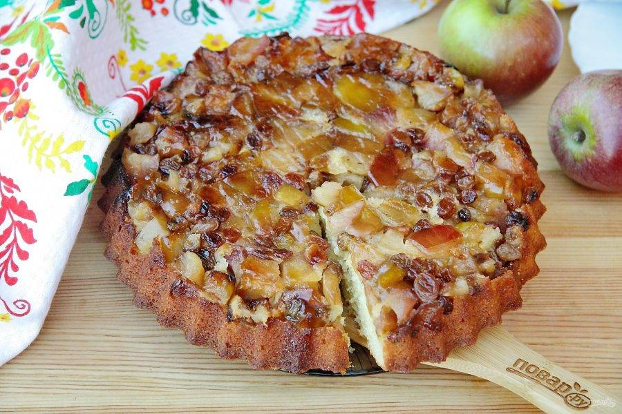 Переверните пирог яблоками вверх и подавайте к столу. Яблочный пирог Гордона Рамзи готов.