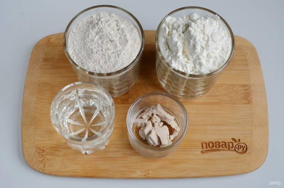 Подготовьте продукты сначала для закваски: муку ржаную, пшеничную, воду и дрожжи.