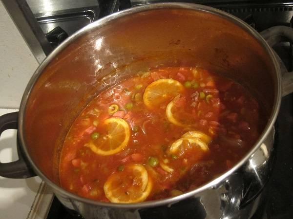 5. Посолите и поперчите по вкусу. Дайте покипеть на среднем огне минут 10, затем добавьте ломтики лимона. Вот и все: быстрая, сытная и очень аппетитная колбасная солянка в домашних условиях готова. Перед подачей можно добавить в тарелку ложку сметаны, измельченную зелень или оливки по вкусу.