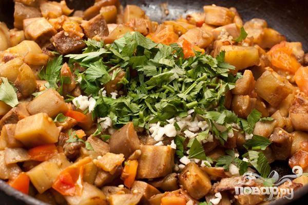 5.Измельченный чеснок и петрушку добавляем в самом окончании приготовления овощей. Немного поперчим и посолим, добавляем сок лимона или лайма, перемешиваем. Минуты через две выключаем огонь.