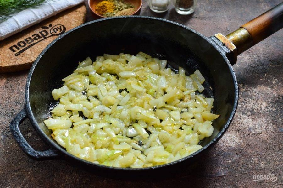 В сковороде прогрейте немного масла, выложите лук и чеснок, жарьте на небольшом огне 4 минуты.