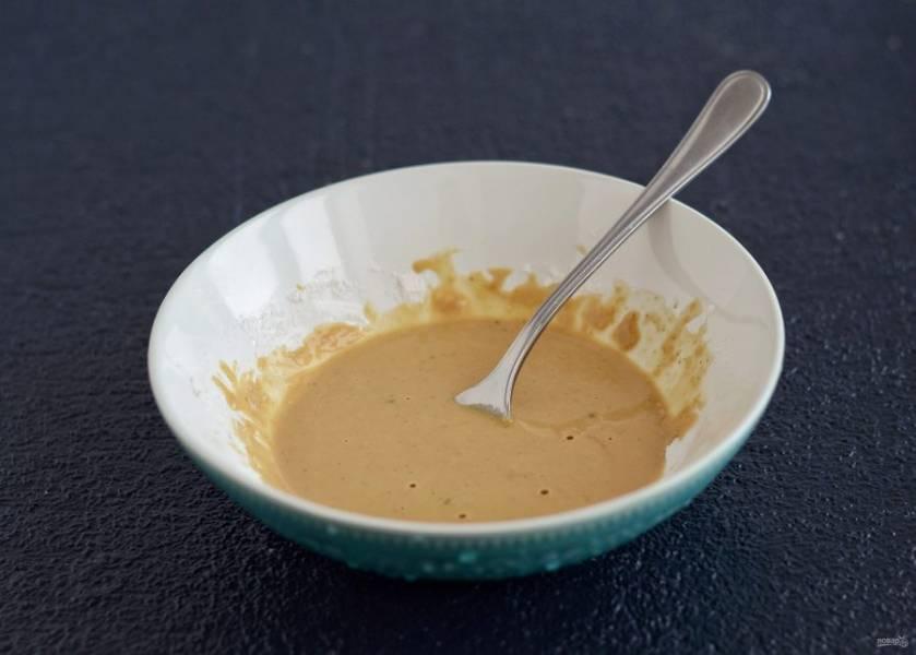 Смешайте муку, крахмал, специи и соевый соус. Добавьте воды до консистенции жидкого теста.