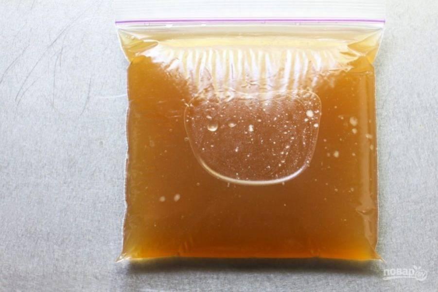 Можете употреблять бульон сразу или остудить, перелить в герметичный пакет и заморозить.