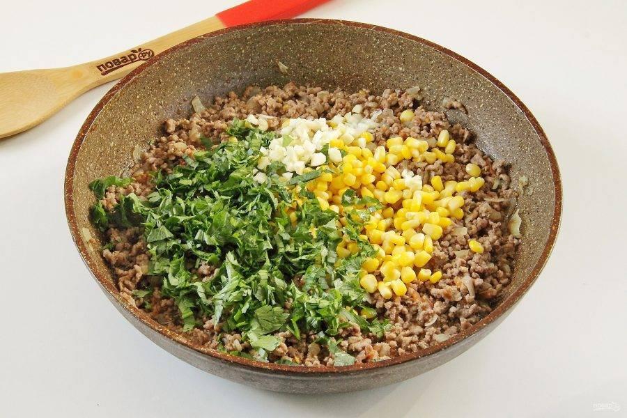 6. Добавьте кукурузу без жидкости, нарезанную свежую зелень и измельченный ножом чеснок.