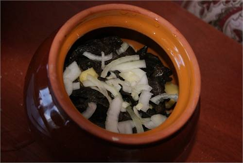 2. Потом - слой грибов и лука. Грибы у меня были сушеные, предварительно размоченные, но думаю, свежие тоже подойдут.
