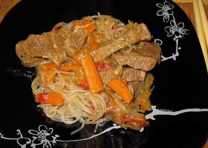 Вот теперь можно разложить фунчозу с говядиной и овощами по порционным тарелочкам и устроит ужин в азиатском стиле. Приятного аппетита!