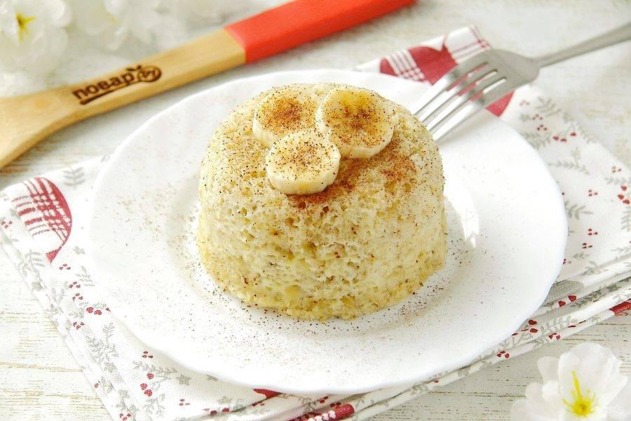 Банановый пудинг готов. Можно подать его в той же емкости, в которой он готовился, или аккуратно перевернуть на тарелку. Украшаем десерт по своему вкусу и наслаждаемся. Приятного аппетита!