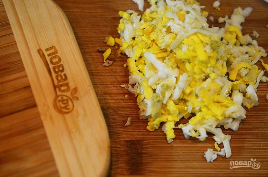 Яйца натрите на терке.