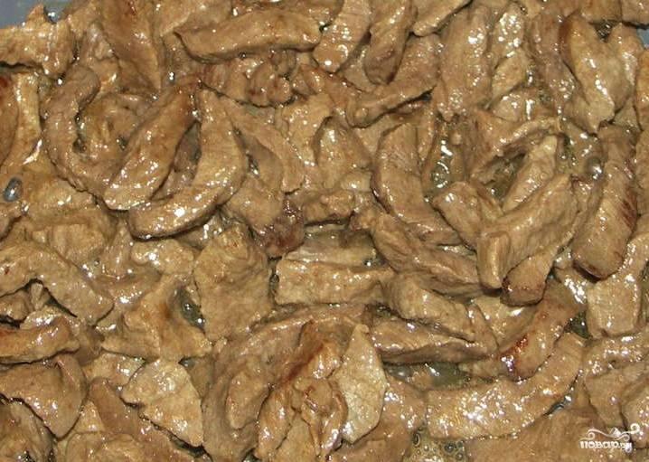 Для приготовления венгерского гуляша я взяла говядину. Конечно же, филе. В принципе, если мясо будет на кости, тоже не так плохо. А если вы решите сделать блюдо более жидким, то косточки придадут бульону наваристости. Поэтому каждому свое. Говядину следует промыть и нарезать на тонкие кусочки (против волокон желательно). Затем разогреваем глубокую сковороду с растительным маслом. Обжариваем говядину.