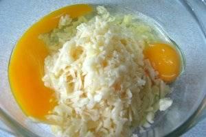 Сыр натрите на терке и смешайте с яйцами, перемешав массу до однородности.