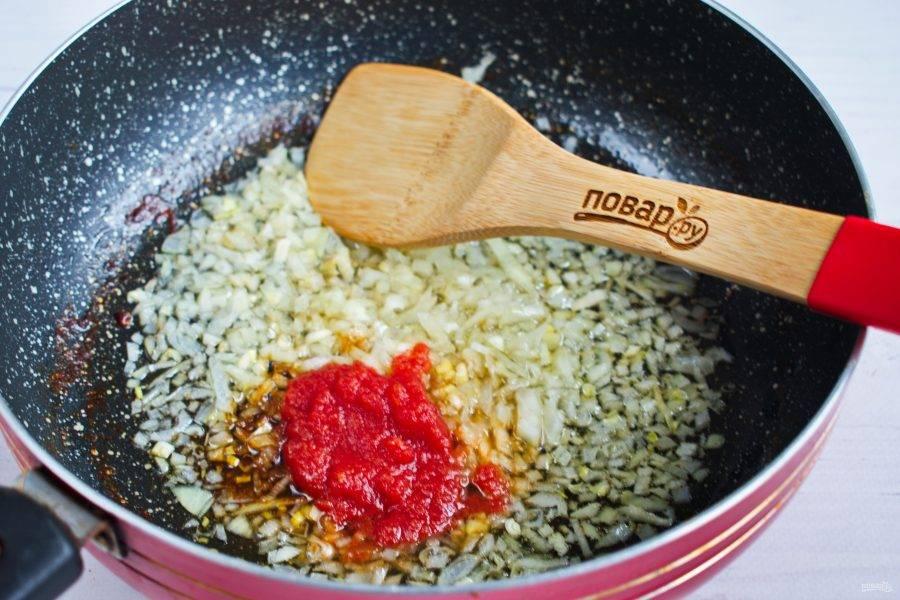 На оставшемся масле пассеруйте измельченный лук до мягкости. Добавьте томатный соус, перемешайте.
