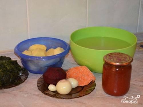 1. Вот такой довольно скромный и доступный набор ингредиентов вам потребуется, если вы решите приготовить постный борща со щавелем на вашей кухне.